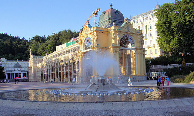 Колоннада и Поющий фонтан