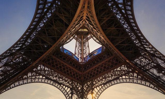 Эйфелева башня, вид снизу
